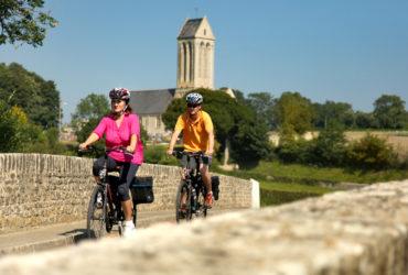 Couple de cycliste traversant un pont Vélo-Etreham