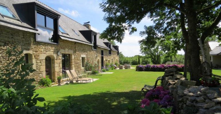 maison d'hotes à baden longère en pierre vue depuis jardin fleuriAbicyclette Voyages à vélo