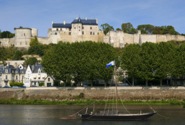 Vue du château de Chinon depuis la rive opposée de la Loire avec gabarre