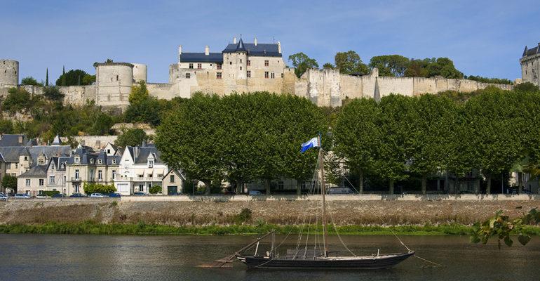 Vue du château de Chinon depuis la rive opposée de la Loire avec gabarre Abicyclette Voyages à vélo