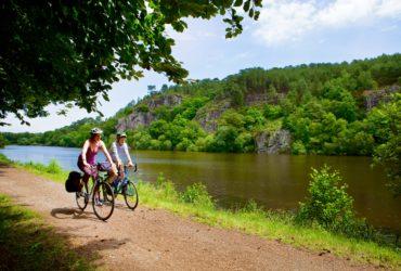 Couple de cyclistes sur le site de l'Ile aux pies sur la riviere de l'Oust