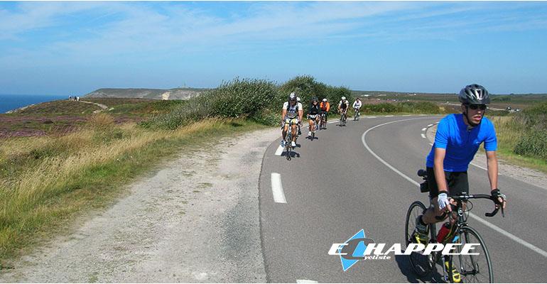 Cyclistes sur route devant le Cap Frehel Grande Traversée de la Bretagne nord Abicyclette Voyages à vélo