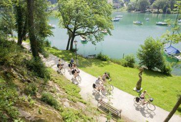 Groupe de cycliste sur piste le long d'un lac Salzbourg et le pays des lacs