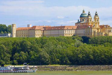 Château surplombant le Danube Le Danube de Passau à Vienne Abicyclette Voyages à vélo