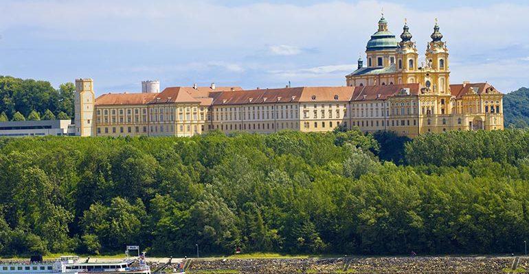 Château surplombant le Danube Le Danube de Passau à Vienne
