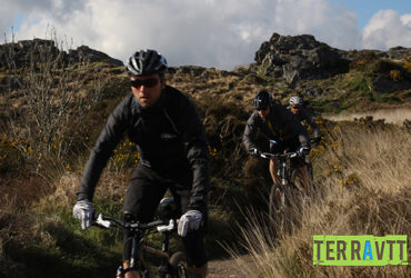3 cyclistes à VTT en action manche ocean Abicyclette Voyages à vélo