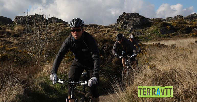 3 cyclistes à VTT en action manche