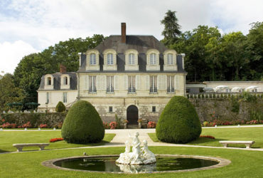 chateau de beaulieu vu depuis le parc Abicyclette Voyages à vélo
