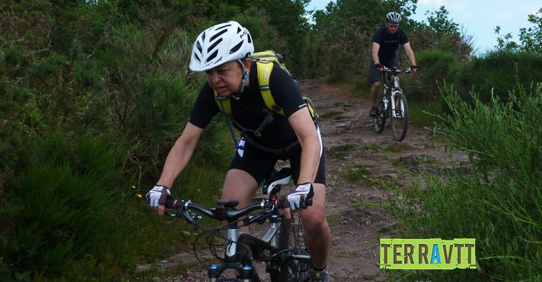 2 cyclistes à VTT dans la Suisse normande Abicyclette Voyages à vélo