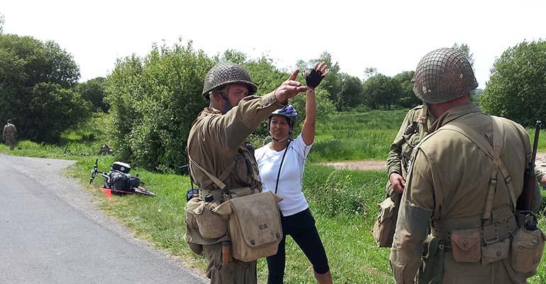 Cycliste orientée par acteurs déguisés en militaires US