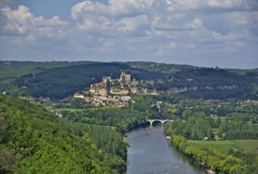 Paysage de la Vallée de la Dordogne avec forêt, rivière et village