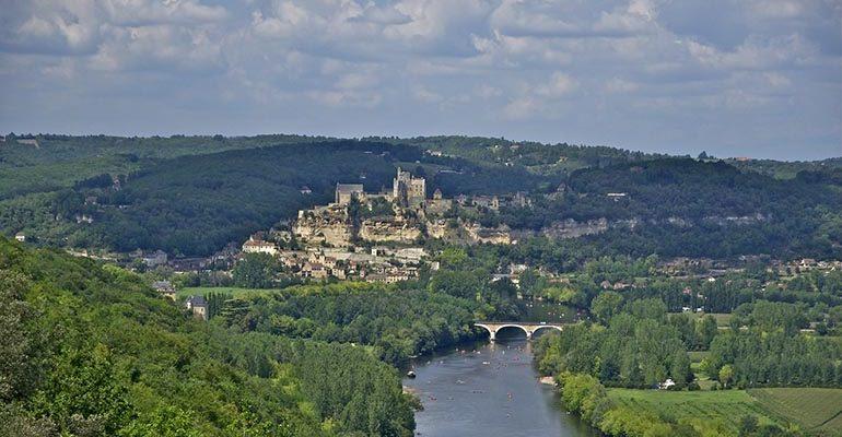 Paysage de la Vallée de la Dordogne avec forêt, rivière et village Abicyclette Voyages à vélo