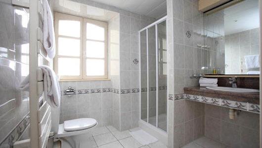 Salle d'eau avec douche Hôtel Le Challonge à Dinan Abicyclette Voyages à vélo