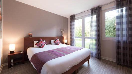 Chambre donnant sur jardin avec grand lit Hôtel Latitude Ouest à Locronan Abicyclette Voyages à vélo