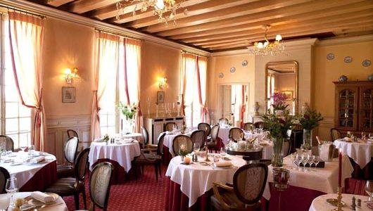 Salle de restaurant Hôtel le Chateau De Beaulieu à Joué-lès-Tours Abicyclette Voyages à vélo