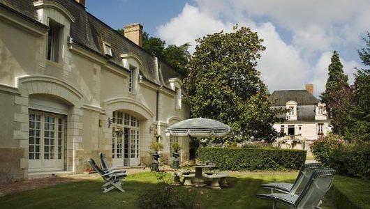 Jardin avec chaises longues Hôtel le Chateau De Beaulieu à Joué-lès-Tours Abicyclette Voyages à vélo