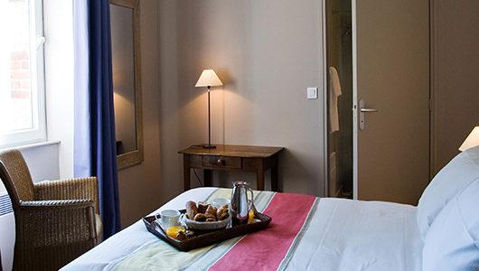 Plateau de petit-déjeuner sur lit Hôtel Les Costans à Perros-Guirec
