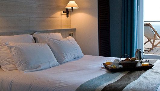 Chambre tons bleu et blanc Hôtel Les Costans à Perros-Guirec
