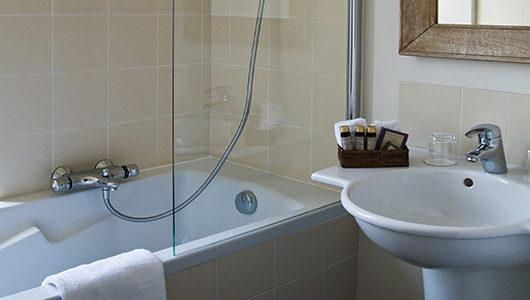 Salle de bain avec baignoire Hôtel Les Costans à Perros-Guirec