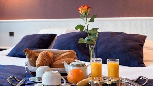 Petit-déjeuner au lit Hôtel de Clisson à Saint-Brieuc Abicyclette Voyages à vélo