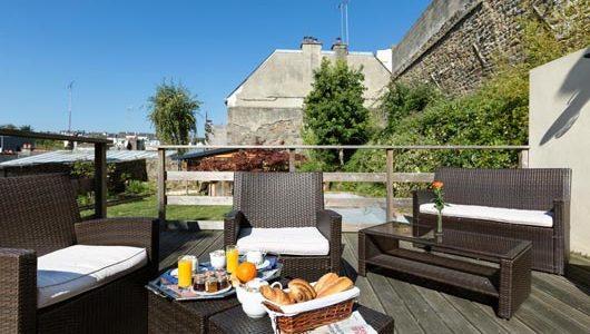 Petit-déjeuner sur terrasse Hôtel de Clisson à Saint-Brieuc Abicyclette Voyages à vélo