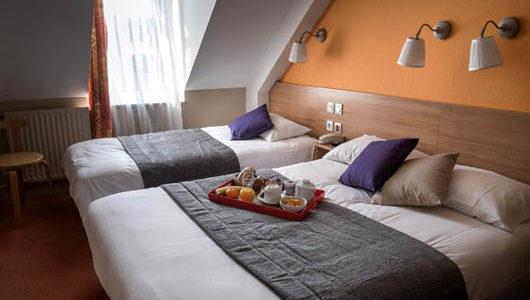 Chambre sous les toîts avec grand et petit lits Hôtel du Port à Morlaix Abicyclette Voyages à vélo