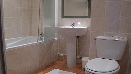 Salle de bain avec baignoire Hôtel du Port à Morlaix Abicyclette Voyages à vélo