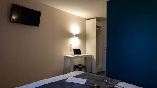 Chambre avec mur bleu Hôtel du Port à Morlaix Abicyclette Voyages à vélo