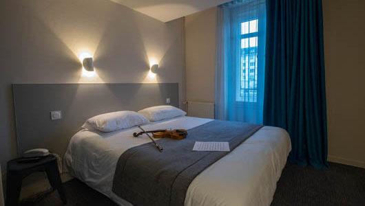 Chambre avec grand lit Hôtel du Port à Morlaix Abicyclette Voyages à vélo