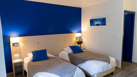 Lits jumeaux chambre tons bleus Hôtel de la Gare à Quimper Abicyclette Voyages à vélo