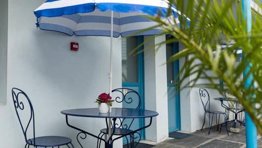 Chaises table et parasol sur terrasse Hôtel de la Gare à Quimper Abicyclette Voyages à vélo