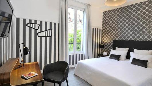 Chambre tons gris noir blanc Hôtel Le Londres Abicyclette Voyages à vélo