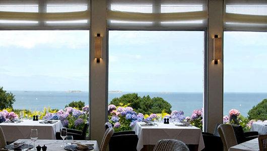 Salle de restaurant avec vue sur la mer Hôtel Les Costans à Perros-Guirec