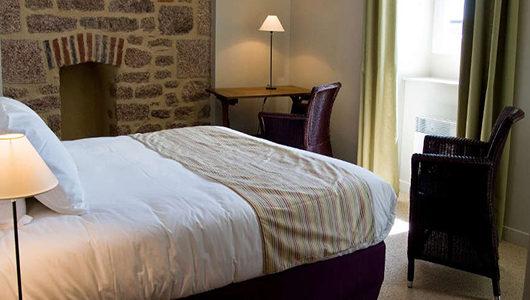 Chambre avec mur en pierre Hôtel Les Costans à Perros-Guirec