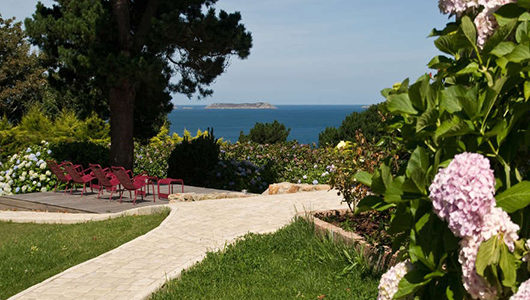Jardin avec vue sur la mer Hôtel Les Costans à Perros-Guirec