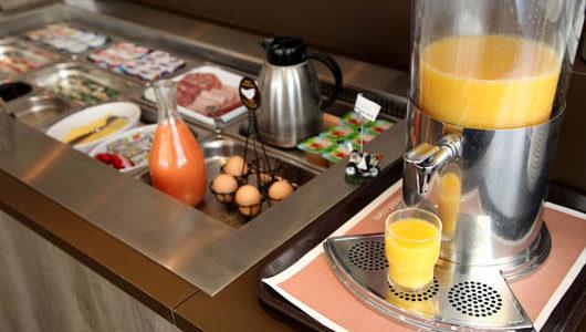 Buffet de petit-déjeuner Hôtel Manche Océan à Vannes Abicyclette Voyages à vélo