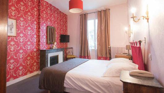 Chambre mur rouge Hôtel Mirabeau à Tours Abicyclette Voyages à vélo