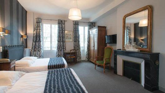 Grande chambre avec cheminée Hôtel Mirabeau à Tours Abicyclette Voyages à vélo