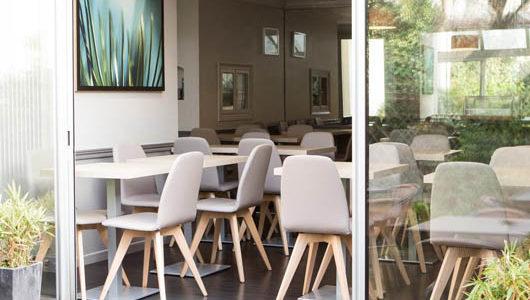 Salle de petit-déjeuner Hôtel Mirabeau à Tours Abicyclette Voyages à vélo