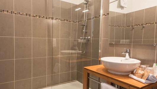 Salle d'eau douche italienne Hôtel Mirabeau à Tours Abicyclette Voyages à vélo