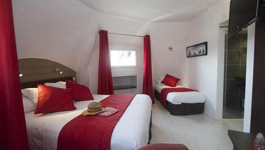 Chambre avec grand et petit lits tons rouge et blanc Hôtel Ostréa à La Trinité sur Mer Abicyclette Voyages à vélo