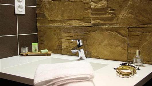 Lavabo avec savon et serviettes Hôtel Ostréa à La Trinité sur Mer Abicyclette Voyages à vélo