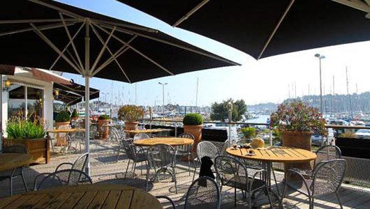 Terrasse donnant sur le port Hôtel Ostréa à La Trinité sur Mer Abicyclette Voyages à vélo