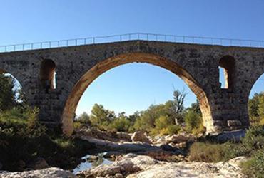 Vieux pont surplombant un ruisseau La Provence à vélo