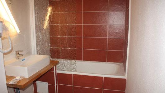 Salle de bain avec baignoire Hôtel Latitude Ouest à Locronan Abicyclette Voyages à vélo