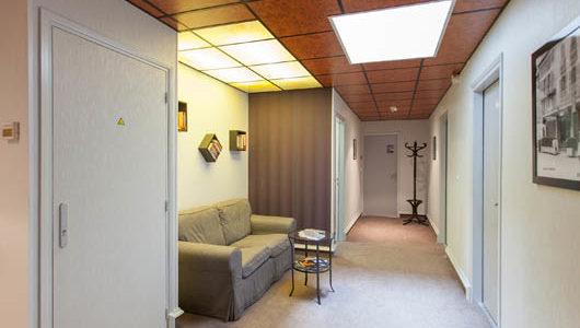 Couloir avec canapé Hôtel Le Challonge à Dinan Abicyclette Voyages à vélo