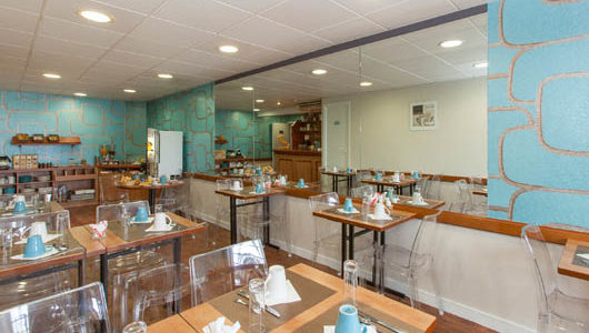 Salle de petit-déjeuner Hôtel Le Challonge à Dinan Abicyclette Voyages à vélo