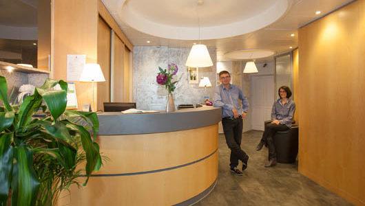 Personnel à l'accueil Hôtel Le Challonge à Dinan
