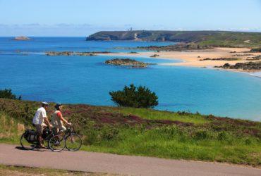 Couple de cycliste sur une chemin longeant la côte La Bretagne à vélo