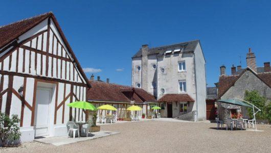 Cour de l'hôtel du Cygne à Bracieux Abicyclette Voyages à vélo